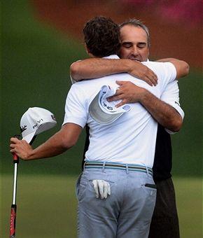 Cabrera feliciteert Scott met zijn zege op de Masters