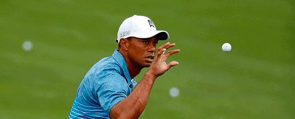 Tiger Woods vangt een bal